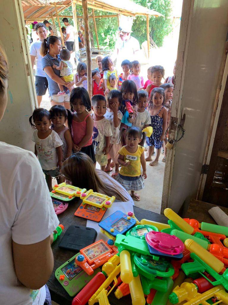 niños comunidad indígena esperando regalos