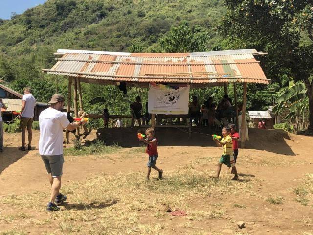 jugando con niños de la comunidad indigena