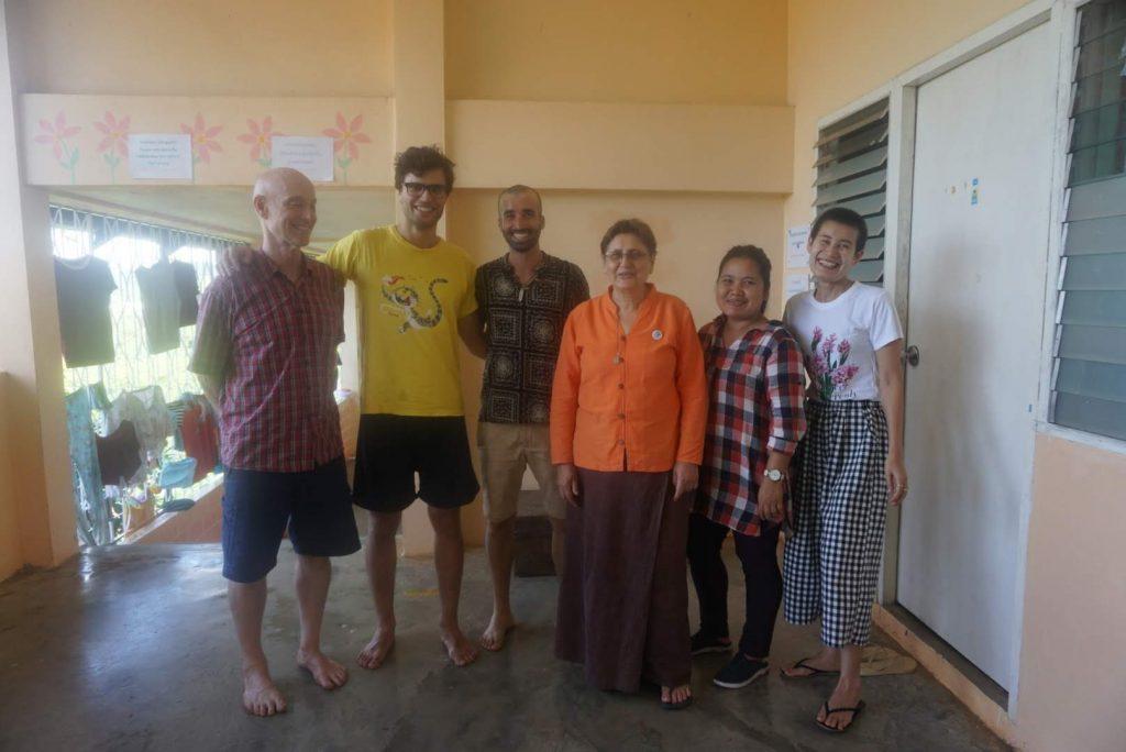 Con voluntarios de Baan Unrak Foundation